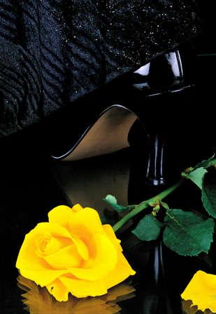 signes du zodiaque: Nature morte avec une rose jaune et des chaussures de femme. Signes du zodiaque. Vierge. Banque d'images