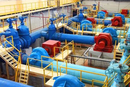 riool: Water pompstation, industriële interieur en leidingen