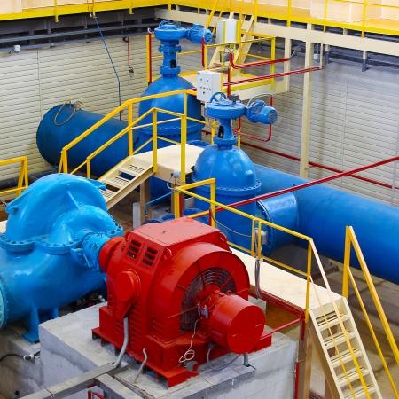 bomba de agua: Y los tubos interiores industrial. Estaci�n de bombeo de agua.