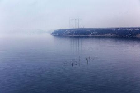 redes de pesca: Niebla. Paisaje marino con redes de pesca con el efecto de grano de pel�cula. La imagen muestra un patr�n de grano agradable al 100 por ciento.