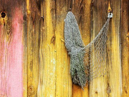 redes de pesca: viejas redes de pesca colgar en la pared de madera pintada de un granero
