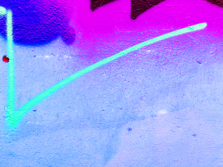 graffiti: Detalle de graffiti en la pared del edificio antiguo. Superficie de hormigón sucio con grietas, arañazos y manchas de pintura. Foto de archivo