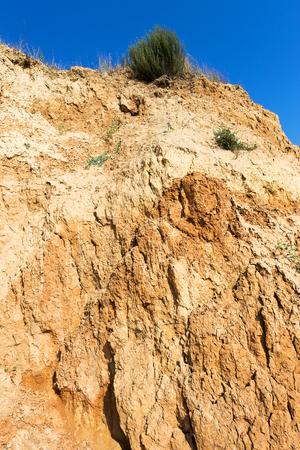 derrumbe: El colapso del suelo arenoso h�medo en la costa Foto de archivo