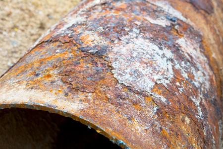 metalschrott: Fragmente der alten großen Wasserleitungen. Nach vielen Jahren der Betrieb, zerstört korrodierte Metallrohr. Rostige Stahlrohr mit Löchern Metallkorrosion. Selektiver Fokus.
