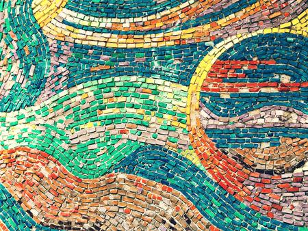 Detail van mooi oud instortend abstract ceramisch mozaïek versierd gebouw. Venetiaans mozaïek als decoratieve achtergrond. Selectieve aandacht. Abstract patroon. Abstracte mozaïek gekleurde keramische stenen Stockfoto