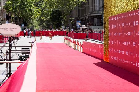 オデッサ、ウクライナ - 2017 年 7 月 15 日: レッド カーペット (障壁ロープ) で成功する方法です。オデッサ国際映画祭、2017 年 7 月 15 日、オデッサ。