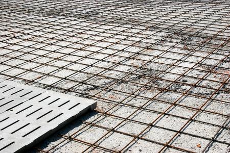 Verstärkungsmetallrahmen für das Betonieren. Bereit zum Auffüllen mit Beton. Standard-Bild