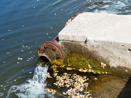contaminacion del agua: Las aguas residuales drenan en el río, el mar, el lago. Contaminación ambiental. Aguas residuales, catástrofe ecológica