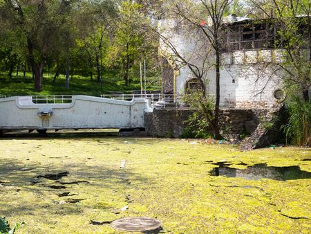 contaminacion del agua: Paisaje auténtico estanque contaminado en el Parque de la ciudad. Las aguas residuales drenan en el río, el mar, el lago. Contaminación ambiental. Aguas residuales, catástrofe ecológica