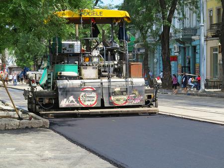 オデッサ、ウクライナ - 2017 年 7 月 17 日: アスファルト線形道路建設機械を敷設する機械。アスファルトを敷設します。建設や都市の道路の修理。