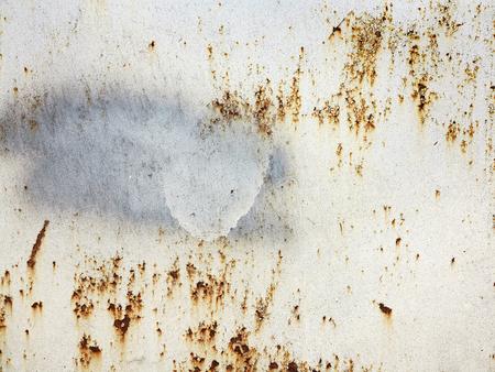 Helle mehrfarbige Farbe auf rostiger Metalloberfläche. Rostige Metallwand, altes Eisenblech mit Rost bedeckt mit mehrfarbiger Farbe. Als strukturierter authentischer Hintergrund für Ihr Projekt