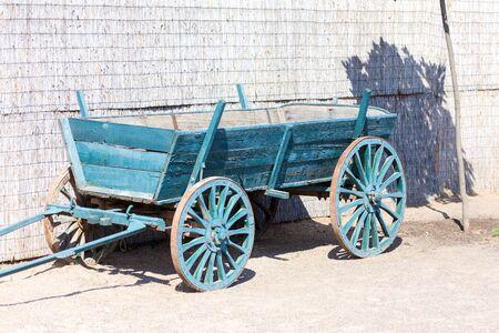 Vecchio carrello rustico dipinto con vernice blu in interni moderni