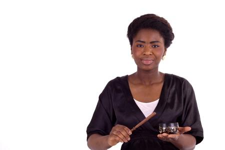 singing bowl: Una giovane donna colpisce una ciotola di canto Archivio Fotografico