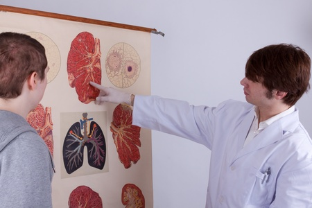 A doctor explains a young man his lungs problems