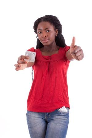 optionnel: Une jeune femme avec un pr�servatif dans sa main. Banque d'images