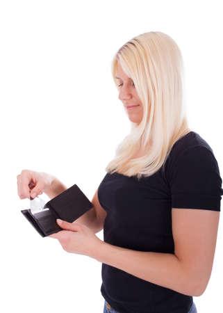 Een jonge vrouw trekt een creditcard uit haar tas Stockfoto
