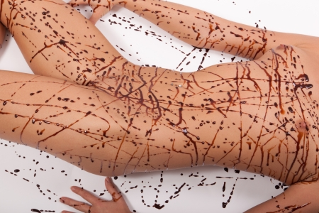 desnudo artistico: L�nea de chocolate sobre la piel desnuda Foto de archivo