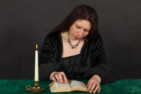 esoterismo: Una mujer morena vestida est� leyendo un libro