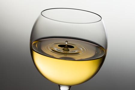 白ワインの滴を注ぐ