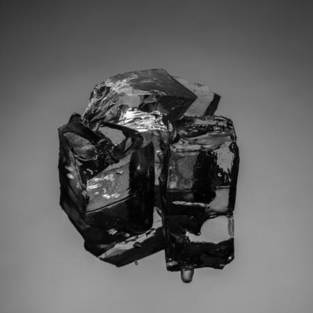 ice crushed: Crushed ijsblokjes op reflecterende zwarte achtergrond