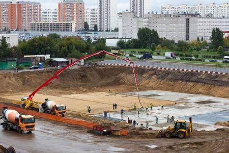 モスクワ, ロシア - 2016 年 9 月 20 日: 新しい平たい箱のブロック基礎のコンクリートを注ぐ