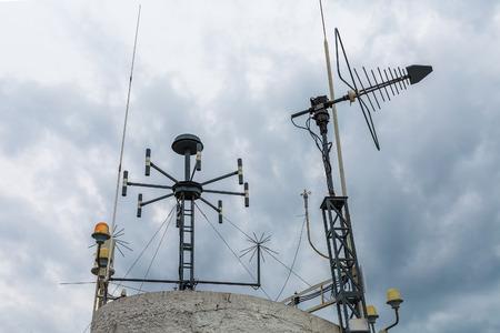 Dispositivo meteorológico de la estación meteorológica. Antena de telecomunicaciones simple para la transmisión de datos de instrumentos de medición