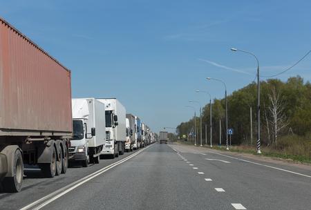 트럭 고속도로에서 교통 체증에 트럭 행 스톡 콘텐츠