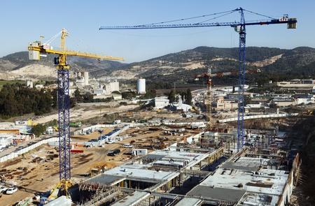 industrial park: Beit-Shemesh, Israele - 28 dicembre 2011: Veduta dall'alto di un cantiere centro commerciale situato nel parco industriale di Beit Shemesh-occidentale; circondato da colline verdi paesaggi in una giornata limpida. Sembra che la costruzione alcune delle wo Editoriali