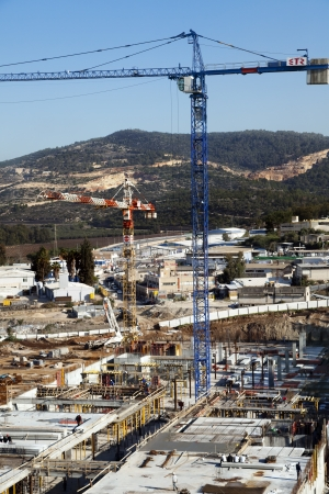 industrial park: Beit-Shemesh, Israele - 28 dicembre 2011: alto e ampio angolo di visualizzazione di un sito di costruzione centro commerciale situato nel parco industriale di Beit Shemesh-occidentale; circondato da colline verdi paesaggi in una giornata limpida. Sembra che la costruzione di alcuni