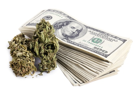 marihuana: Marijuna yemas y una gran pila de billetes de 100 d�lares de dinero aislados en fondo blanco. Foto de archivo
