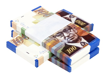 israeli: Tres pilas de 100 NIS notas (Nuevo Shekel israel�) de dinero por encima de s�, aislado en fondo blanco.