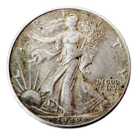 lady liberty: Vista frontal de la cara posterior (cola) de un medio d�lar de plata acu�ada en 1942. Representada es la Se�ora Libertad caminar y con las ramas y la bandera de Estados Unidos sobre su hombro. Esta moneda es considerada entre las m�s bellas monedas de los EEUU. Aislado