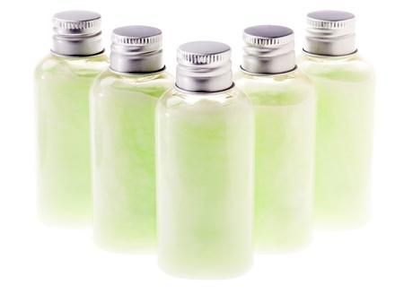 gel douche: Cinq petites bouteilles en plastique transparent rempli de lotion cosm�tique couleur vert pastel, et ferm�e par un bouchon en m�tal argent�. Le contenu de la bouteille verte peut �tre une lotion, shampooing, revitalisant, savon liquide, gel douche etc Isol� sur fond blanc.