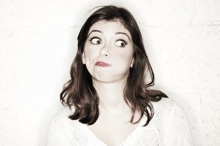 occhi sbarrati: Ritratto di una bella giovane donna con gli occhi spalancati, guardando di lato, lei sta cercando completamente scioccato nel pi� simpatico modo possibile.