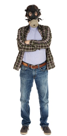 mascara gas: Un varón caucásico en sus primeros 30 años vestido con un traje casual y con una máscara de gas, mirando a la cámara con los brazos cruzados. Aislado sobre fondo blanco. Foto de archivo