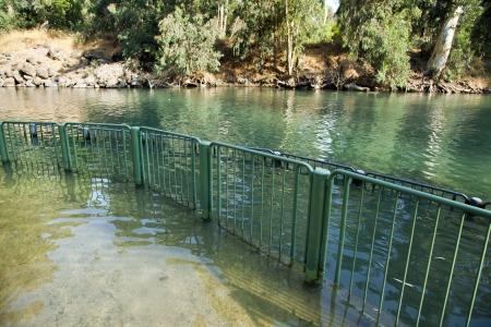 eventually: Una vista nel luogo battesimale sul fiume Giordano in Israele. L'acqua del fiume alla fine sfocia nel Mar Morto si trova pi? di 100 km a sud di questa localit?.