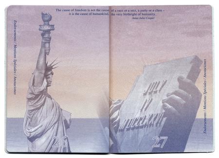pasaportes: Tel-Aviv, Israel - 23 de diciembre 2010: P�ginas 26 y 27 del nuevo pasaporte de EE.UU., todav�a en blanco con la imagen bacgkround claramente visible.