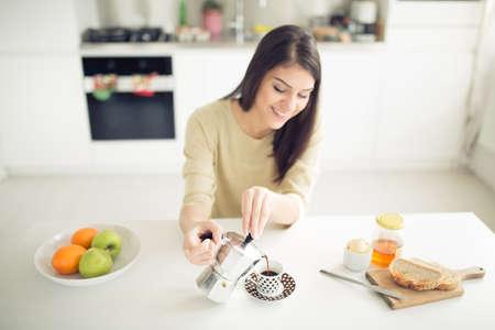 Moderne Arbeits Frau Lifestyle-Trinken Moka Kaffee am Morgen in der Küche, beginnend Ihre day.Positive Energie und emotion.Productivity, Glück, Freude, determination.Morning Ritual Standard-Bild - 52646803