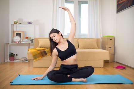 Meditation.Healthy living.Living Raum für Entspannung nach der Arbeit und exercise.Lotus Pose, praktizieren Yoga und Pilates in kleinen improvisierten Hause space.Exercise, die Sie bei home.Working heraus zu Hause tun können Standard-Bild - 52646804