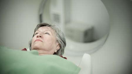 modernos equipos médicos, medicinas y preventional healthcare.Computer tomografía scan.Old mujer paciente en tomografía axial computarizada paciente de cáncer CAT scan.Examining con detección CT.Tumor