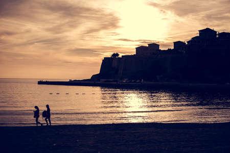 Silhouette der Küstenstadt in der schönen Sonnenuntergang Licht, wunderschöne Stadt scape, Panorama-Landschaft, Sommer travel.Seaside Strand bei night.Old Stadt Ulcinj, der südlichsten Stadt der Montenegro Standard-Bild - 52647703
