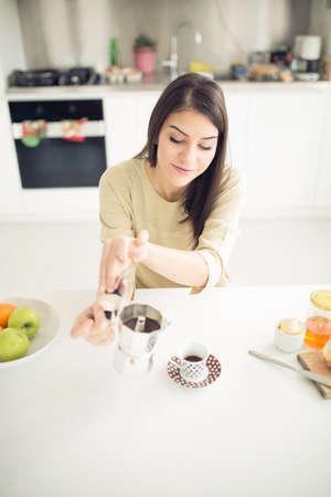 Moderne Arbeits Frau Lifestyle-Trinken Moka Kaffee am Morgen in der Küche, beginnend Ihre day.Positive Energie und emotion.Productivity, Glück, Freude, determination.Morning Ritual Standard-Bild - 52489641