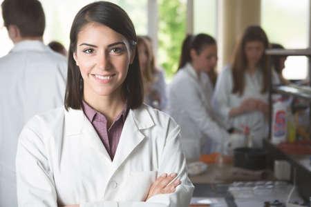 Studenten der Naturwissenschaften mit Chemikalien im Labor auf den Studenten university.Happy arbeiten, Inhalte für experimentelle Medizin results.Pharmacy.Young Entwickler Pharmaforscher Standard-Bild - 52489656