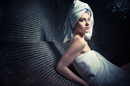 Spa woman.Beautiful Mädchen nach dem Bad im Jacuzzi Spa, Entspannen nach Massage, eingewickelt in towels.Skincare.Perfect glatt junge skin.Woman erfreut von den Spa-Behandlungen mit den Ergebnissen abgeblättert Standard-Bild - 52489762