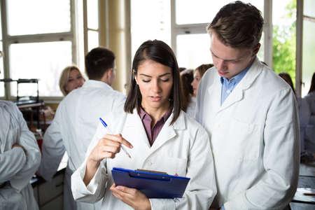 Wissenschaftliche Forscher einen Ordner von chemischen Experiment Forschung halten. Universität Mitarbeiter, Pharmazie, Medicine.Working in Teams für ein besseres result.Science Projektteam arbeiten. Standard-Bild - 52489765
