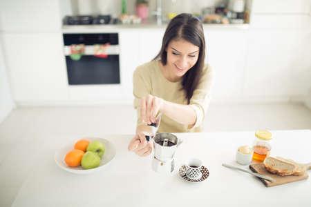 Moderne Arbeits Frau Lifestyle-Trinken Moka Kaffee am Morgen in der Küche, beginnend Ihre day.Positive Energie und emotion.Productivity, Glück, Freude, determination.Morning Ritual Standard-Bild - 52489767