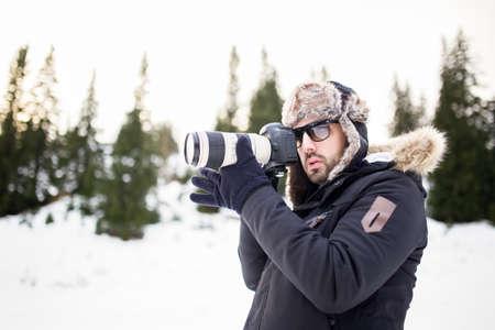 Mann mit professionellen Kamera die mountain.Taking ein Foto eines Berges landscape.Hiker mit Fotokamera und Teleobjektiv, das auf dem Gipfel des Berges zu fotografieren. Standard-Bild - 52534942