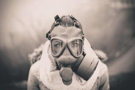 máscara de gas a través de respiración disaster.Woman del medio ambiente, la salud de la contaminación en danger.Concept, aire apocalypse.Polluted, problems.t ambiental con mask.Smog gas, partículas venenosas, bio peligro
