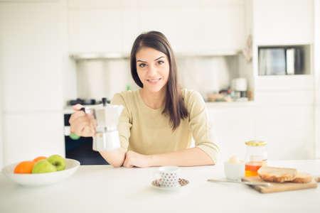 productividad: Mujer de trabajo moderno estilo de vida beber café moka en la mañana en la cocina, a partir de su energía y day.Positive emotion.Productivity, la felicidad, el placer, el ritual determination.Morning