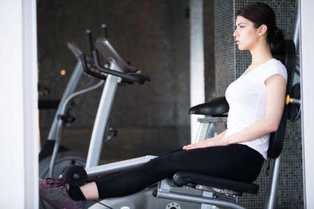 Junge Frau, die Übungen in der gym.Gym Fitness Fitness-Club mit jungen Frau Training mit freien Gewichten .. Junge Frau, die Mühe machen und hart für heiße Körpertraining Standard-Bild - 52647806